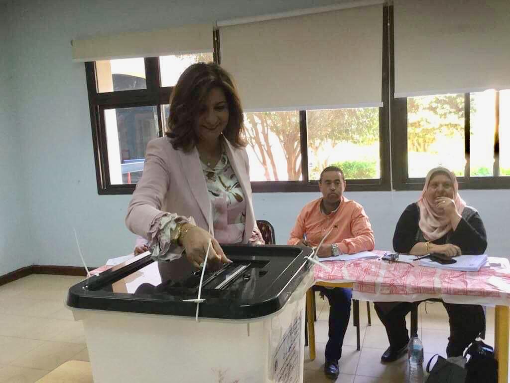 وزيرة الهجرة تدلي بصوتها في الاستفتاء (1)