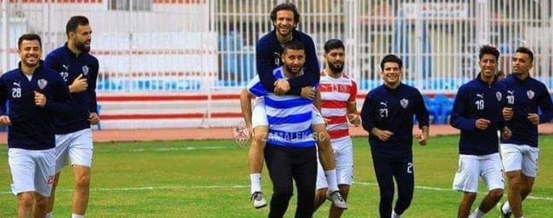 أمير عزمى يحمل محمود علاء فى تدريبات الزمالك