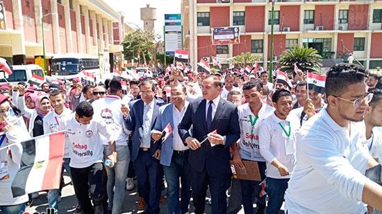 رئيس-جامعة-سوهاج-أثناء-مشاركته-بمسيرة-الطلاب-(20)