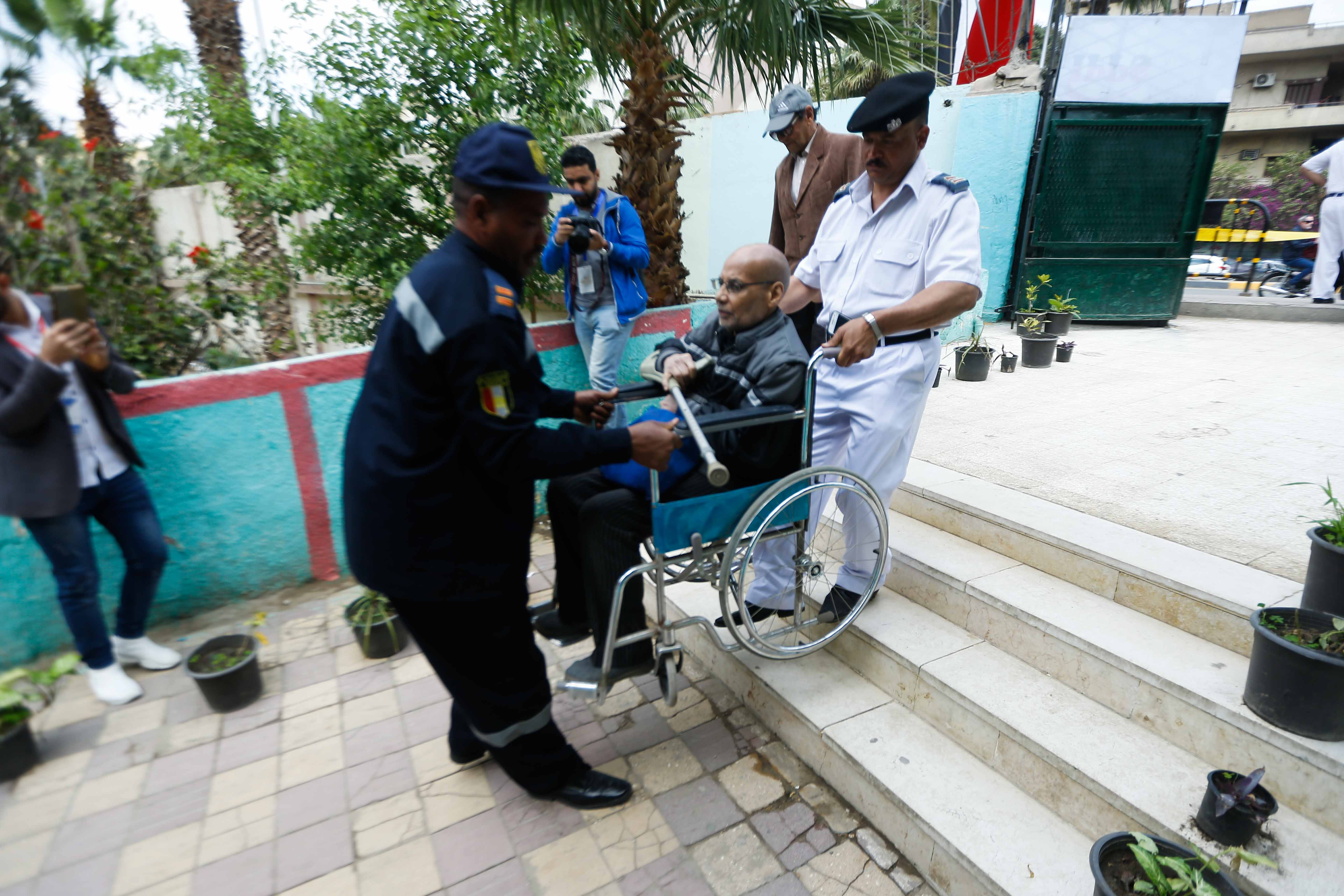 المسن يحرص على التصويت بالتعديلات الدستورية على كرسي متحرك