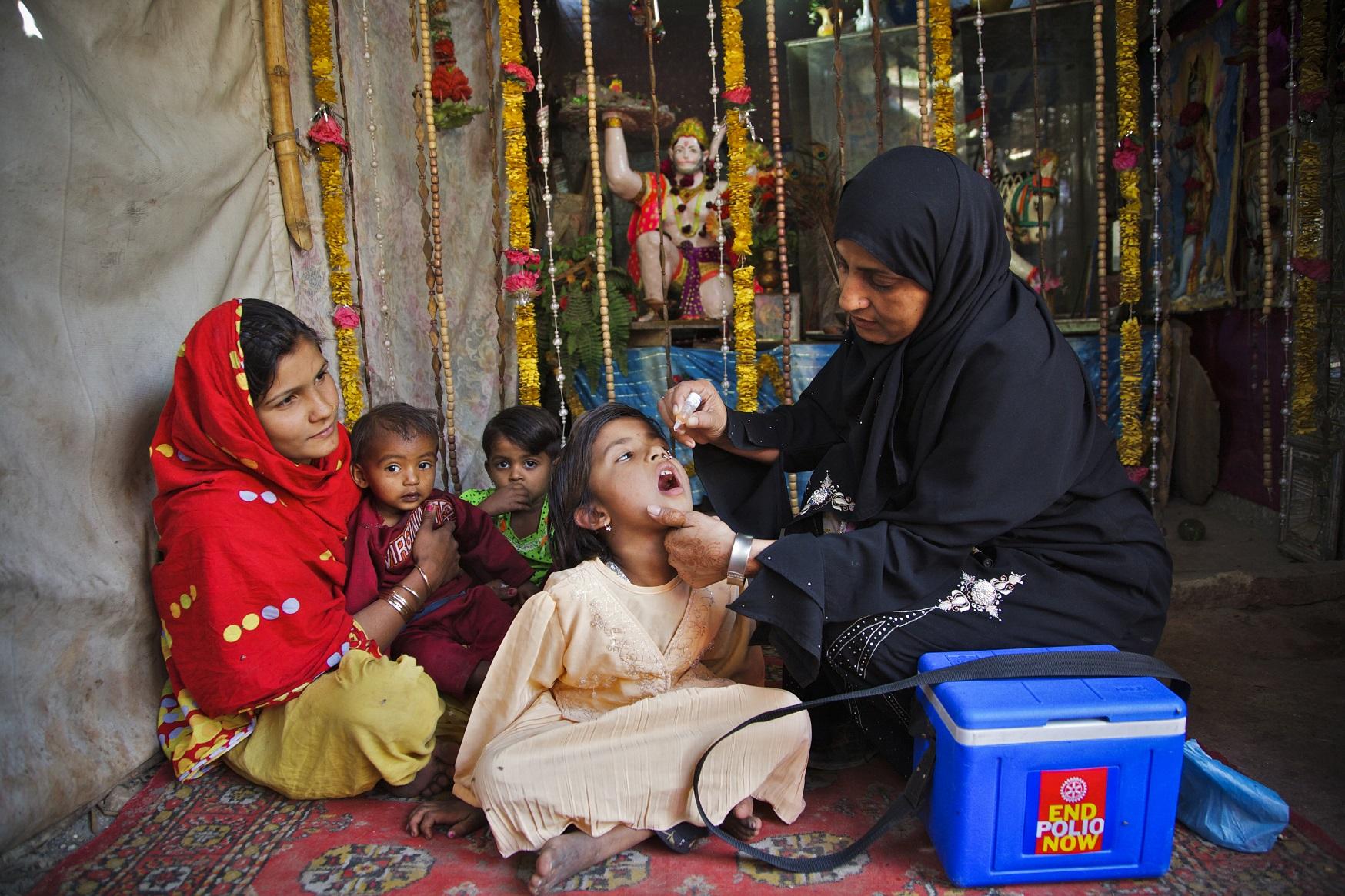 children-oral-polio-vaccine-pakistan