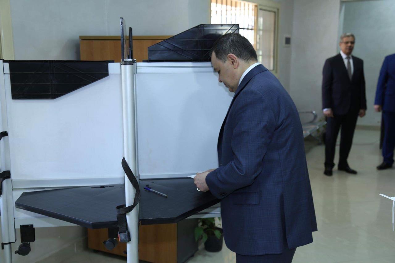 وزير الداخلية يدلي بصوته (5)