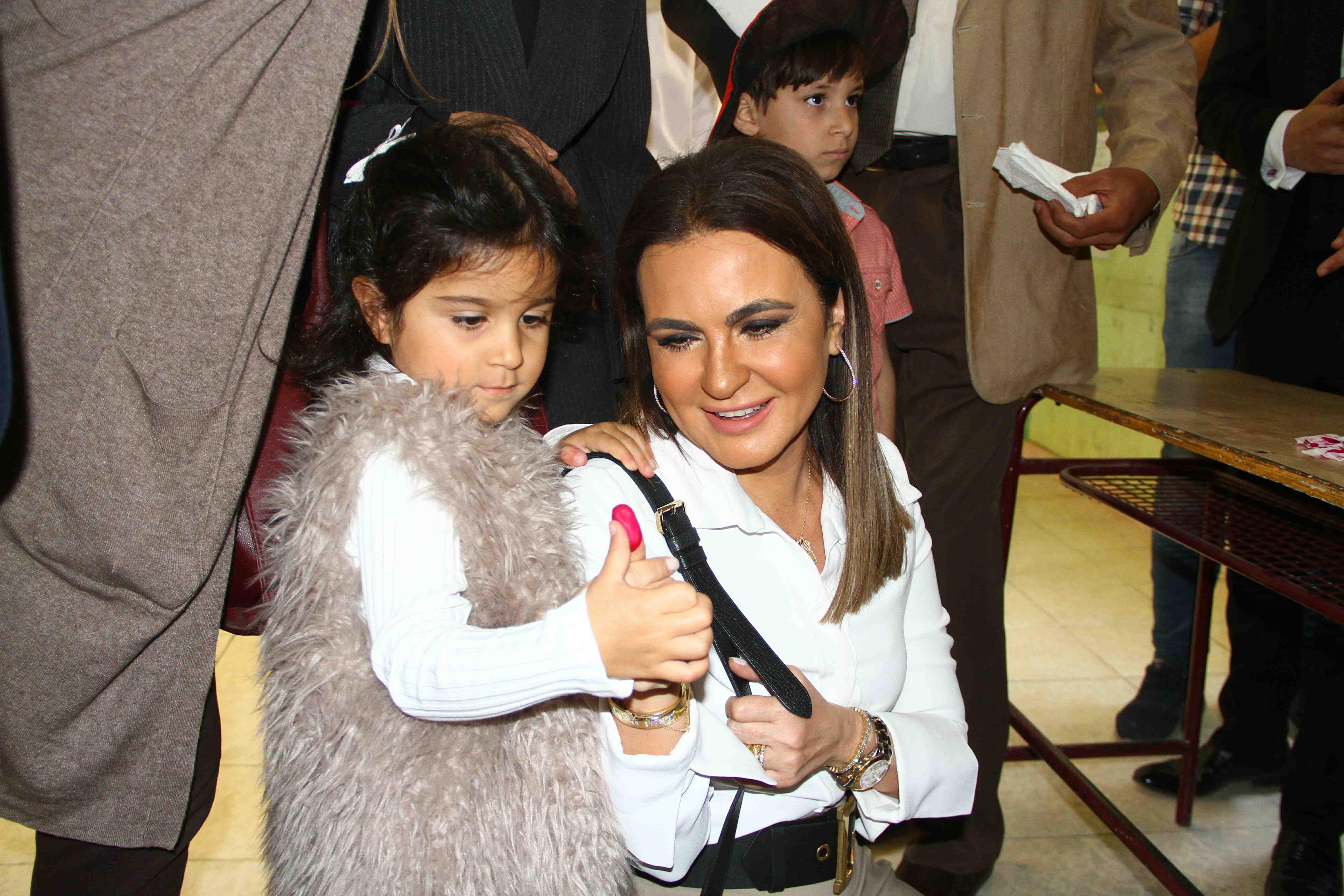 وزيرة الاستثمار تصطحب حفيدتها فى التصويت على التعديلات الدستورية102