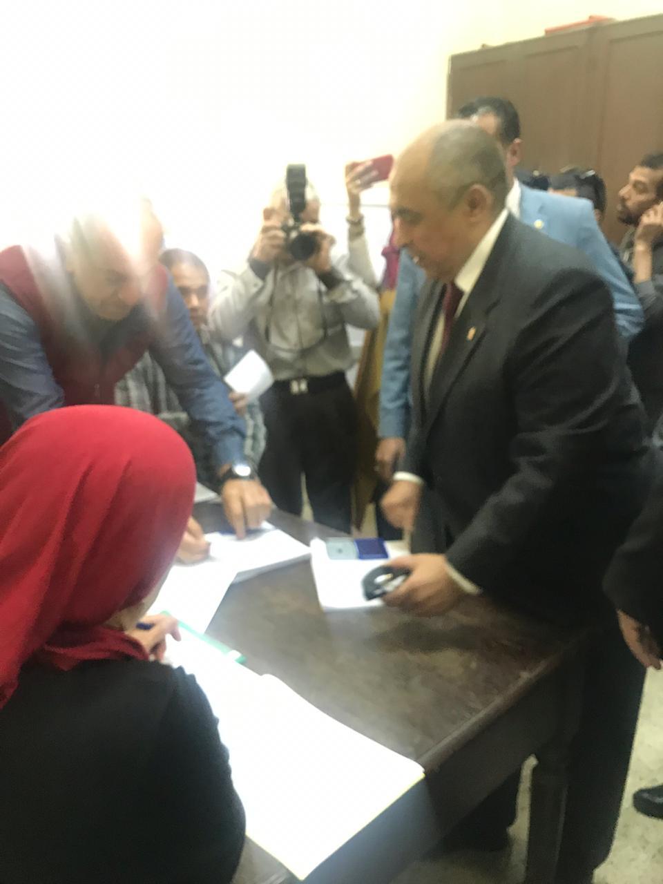 وزير الزراعة يدلى بصوته فى الاستفتاء (2)