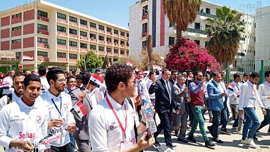 رئيس-جامعة-سوهاج-أثناء-مشاركته-بمسيرة-الطلاب-(5)