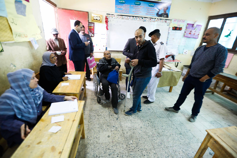 المسن يحرص على التصويت بالتعديلات الدستورية على كرسي متحرك244