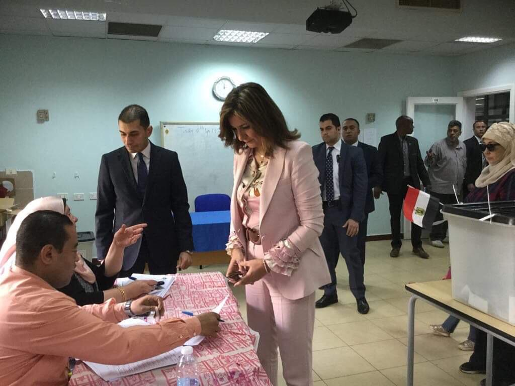 وزيرة الهجرة تدلى بصوتها فى الاستفتاء