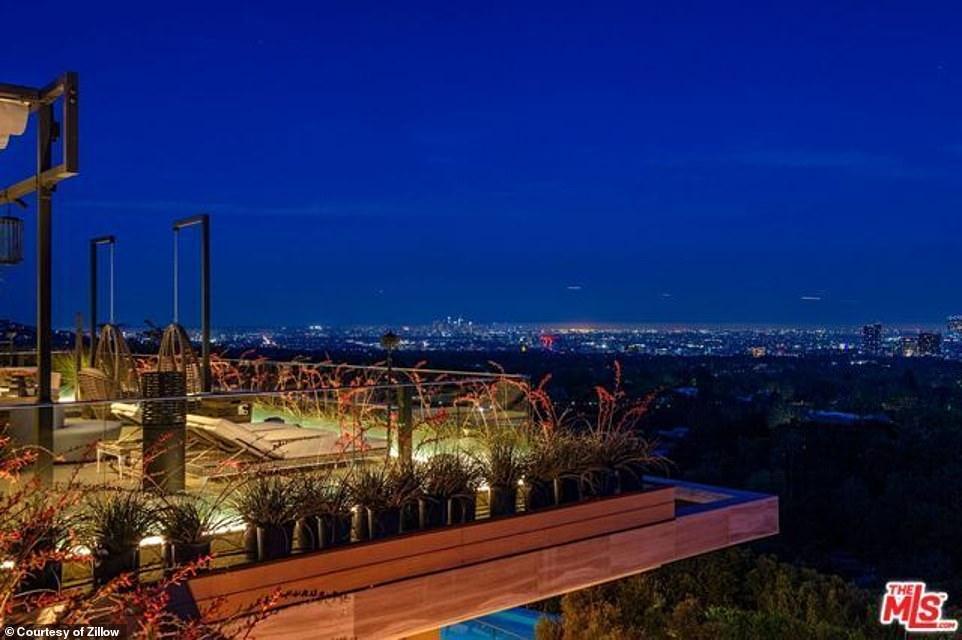 المنزل يطل على مدينة لوس أنجلوس