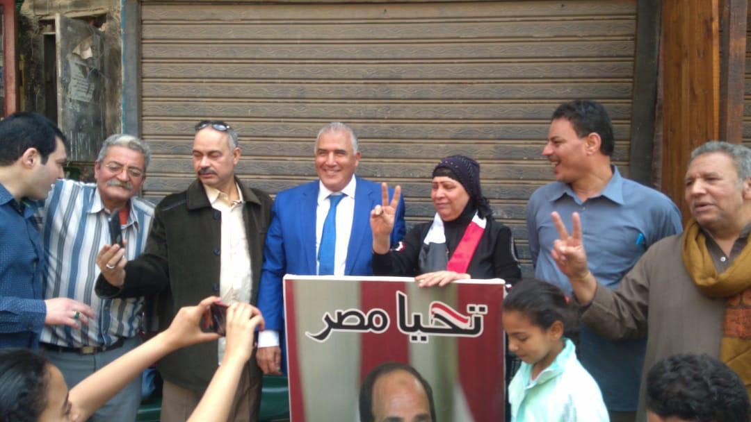 صور الرئيس تتصدر المشهد أمام لجان الاستفتاء بالوراق وبشتيل  (7)