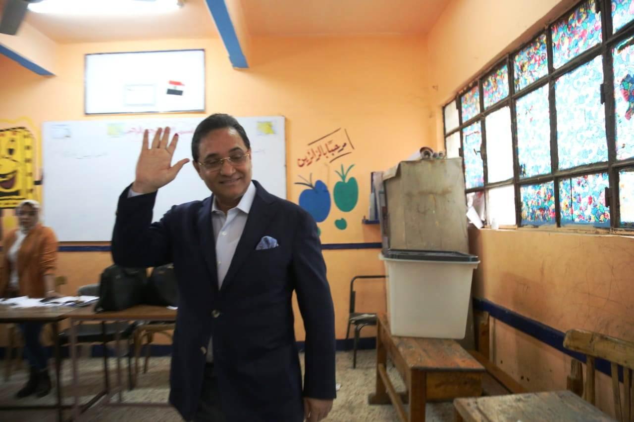 عبد الرحيم على يدلى بصوته بالاستفتاء (5)