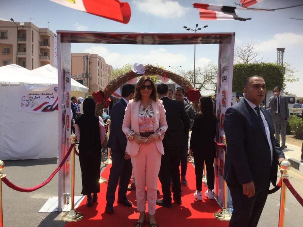 وزيرة الهجرة تدلي بصوتها في الاستفتاء (3)