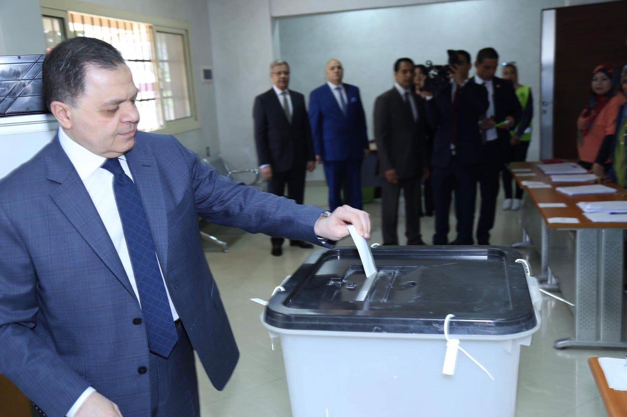 وزير الداخلية يدلي بصوته (4)