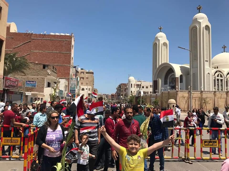 الأقباط يشاركون فى الاستفتاء ويزينون لجان التصويت بالسعف (16)
