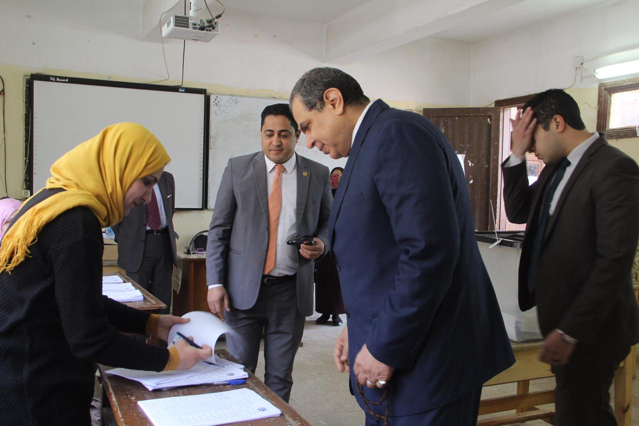 وزير القوى العاملة يدلى بصوته فى الاستفتاء (1)