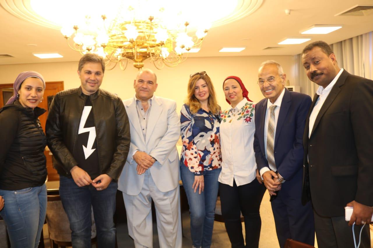 الفنانة رانيا فريد شوقى و زوجها فى الإجتماع