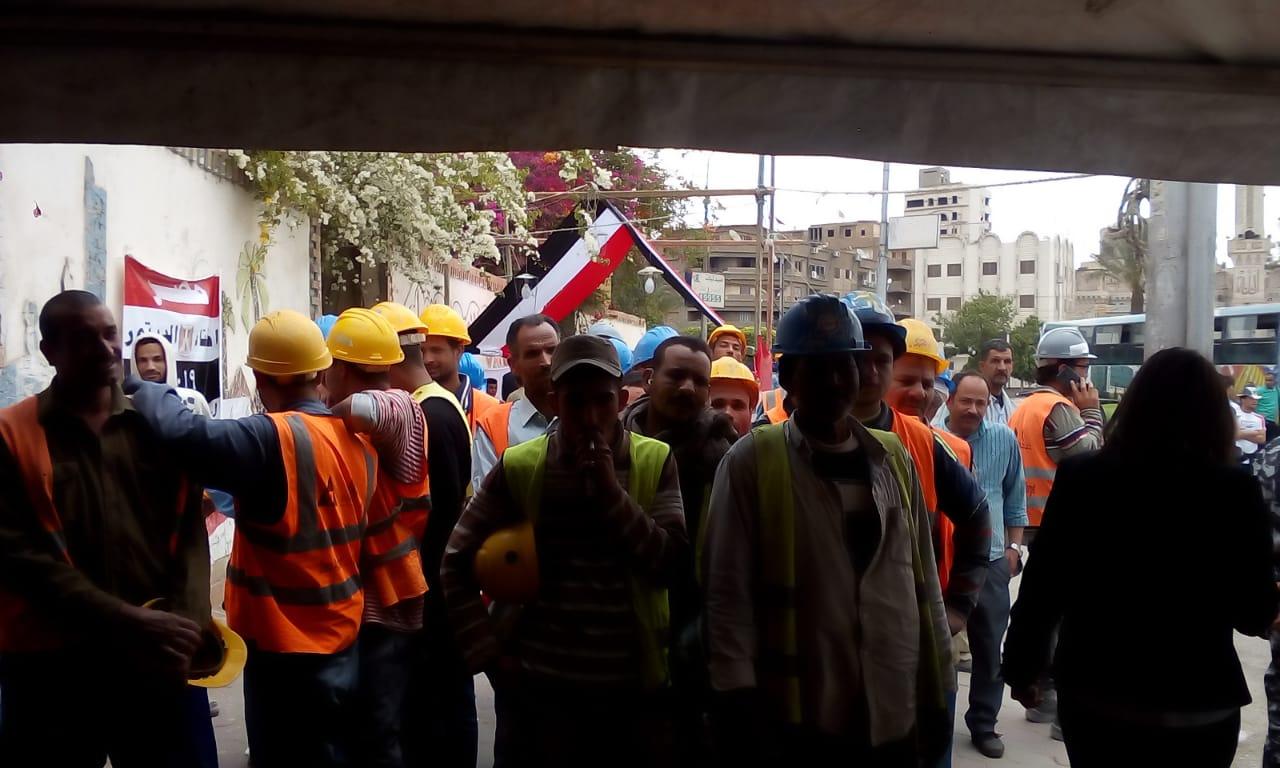 بالخوذة طابور عمال يدلى بصوته فى الاستفتاء (3)