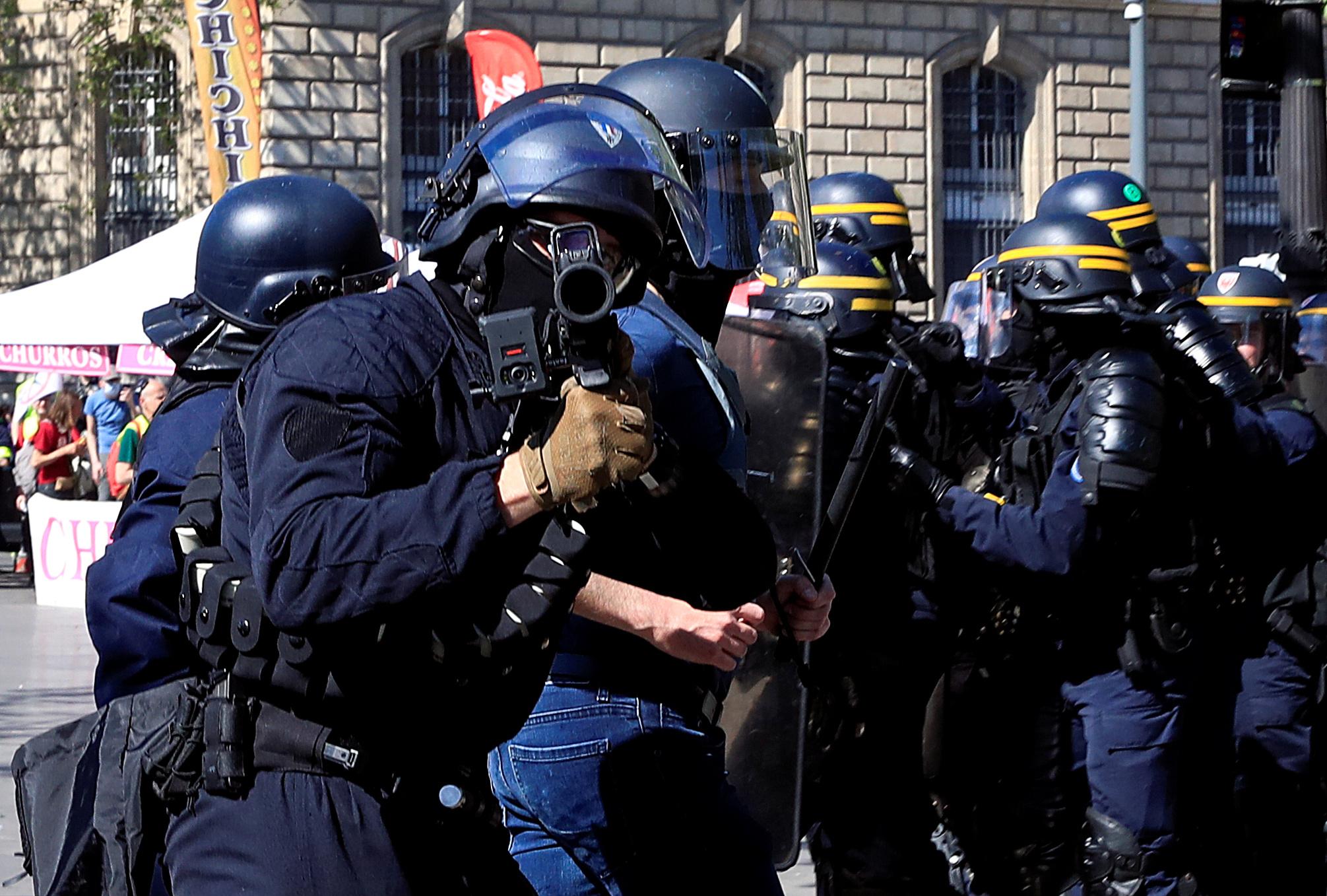 اشتباكات بين متظاهرى السترات الصفراء والشرطة الفرنسية (4)