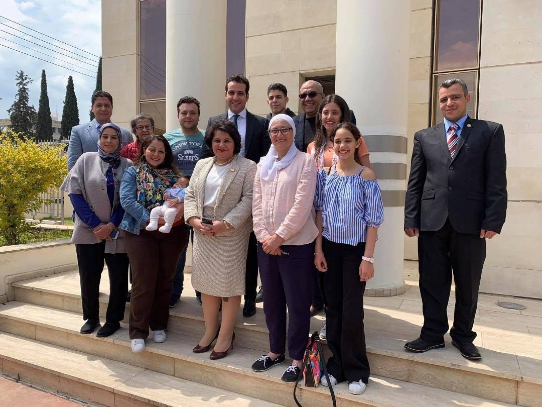 المصريين أمام أبواب السفارة المصرية عقب التصويت