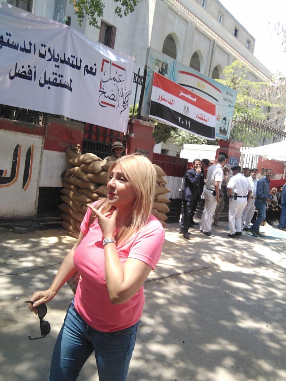 الفنانة ندا بسيونى تشارك فى استفتاء التعديلات الدستورية