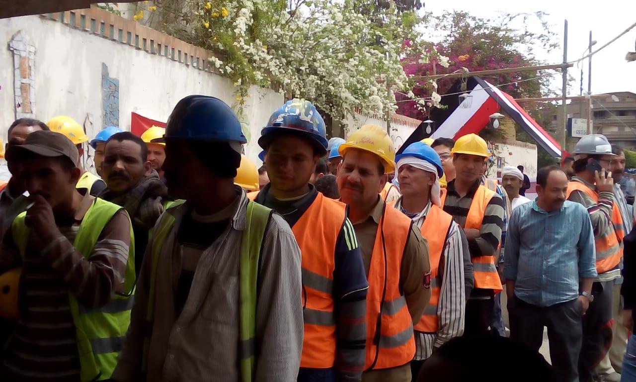 بالخوذة طابور عمال يدلى بصوته فى الاستفتاء (1)