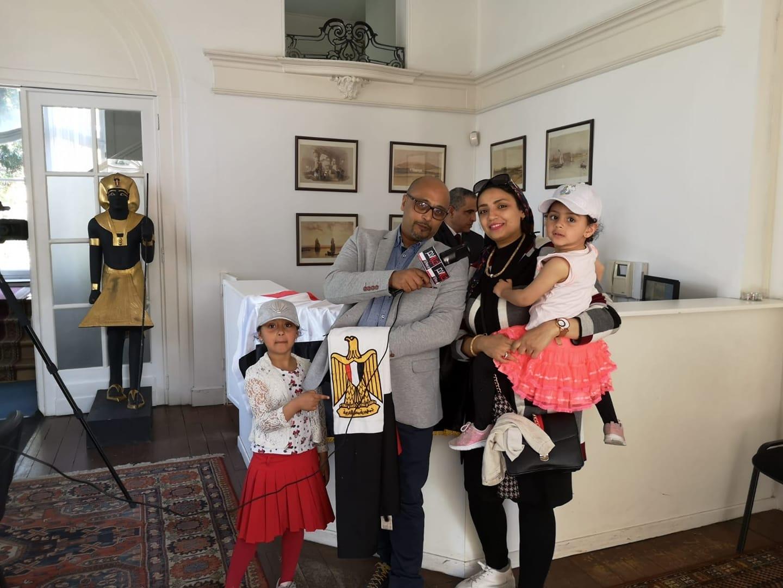 أسرة مصرية مقيمة فى بلجيكا تشارك فى استفتاء الدستور