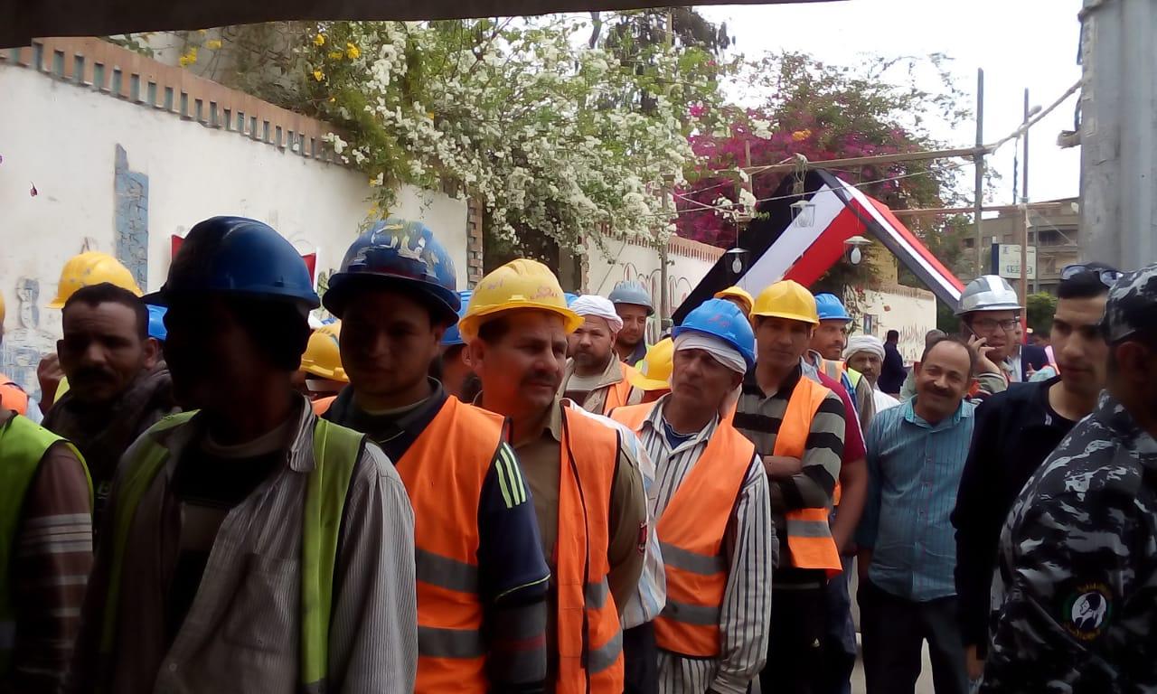 بالخوذة طابور عمال يدلى بصوته فى الاستفتاء (4)