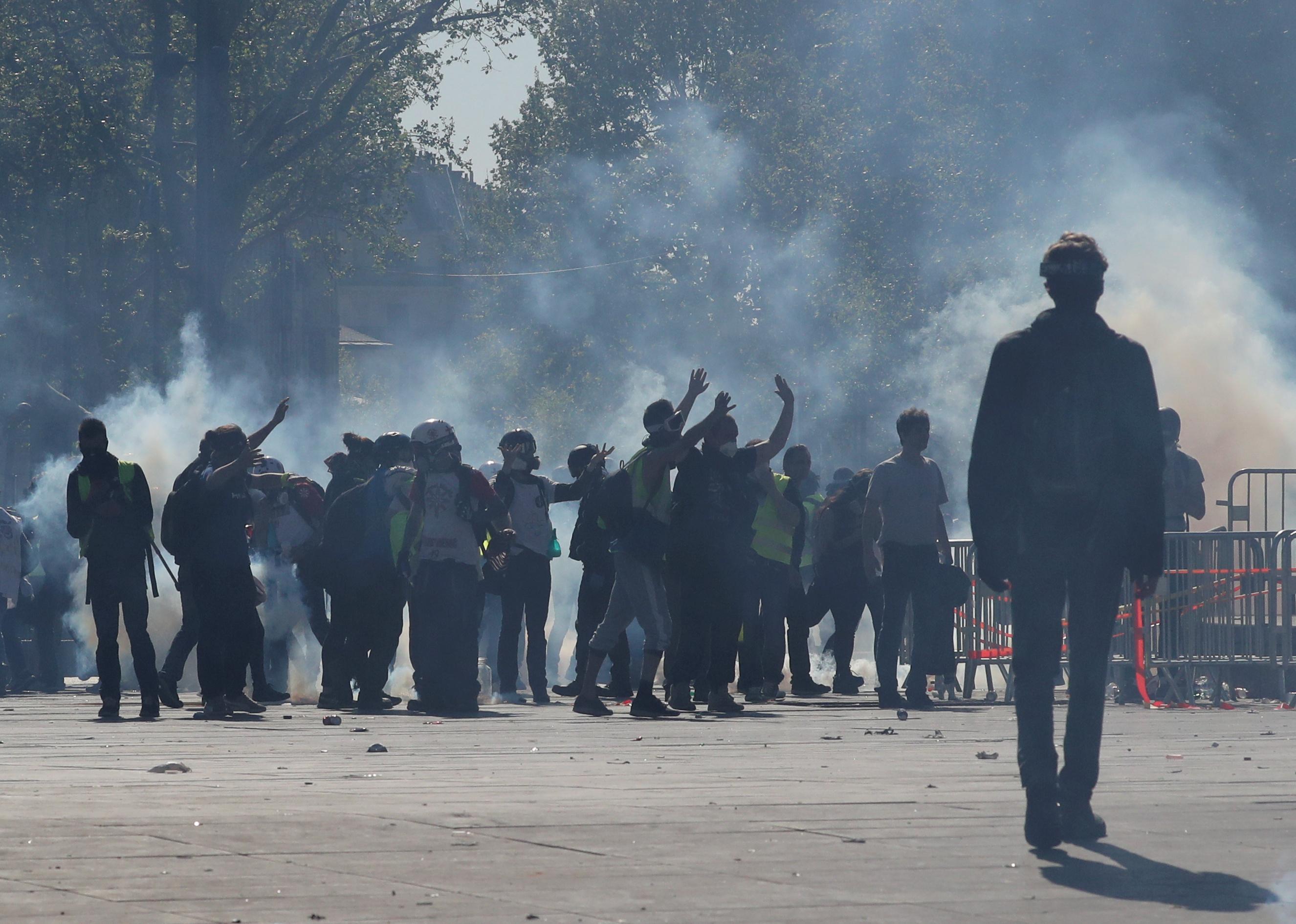 اشتباكات بين متظاهرى السترات الصفراء والشرطة الفرنسية (9)
