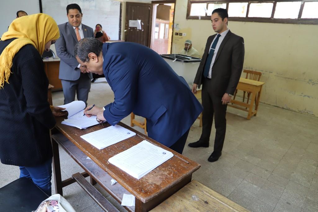 وزير القوى العاملة يدلى بصوته فى الاستفتاء على التعديلات الدستورية  (8)