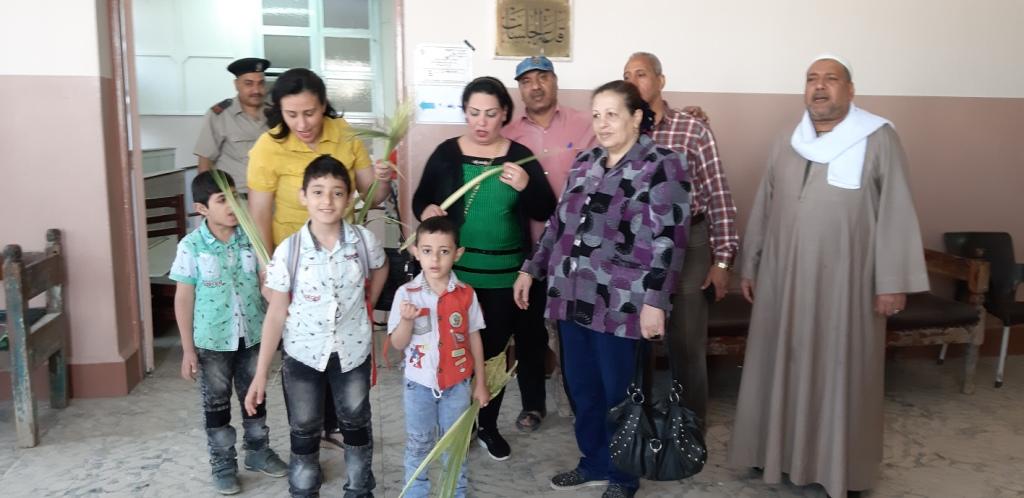الأقباط يشاركون فى الاستفتاء ويزينون لجان التصويت بالسعف (2)