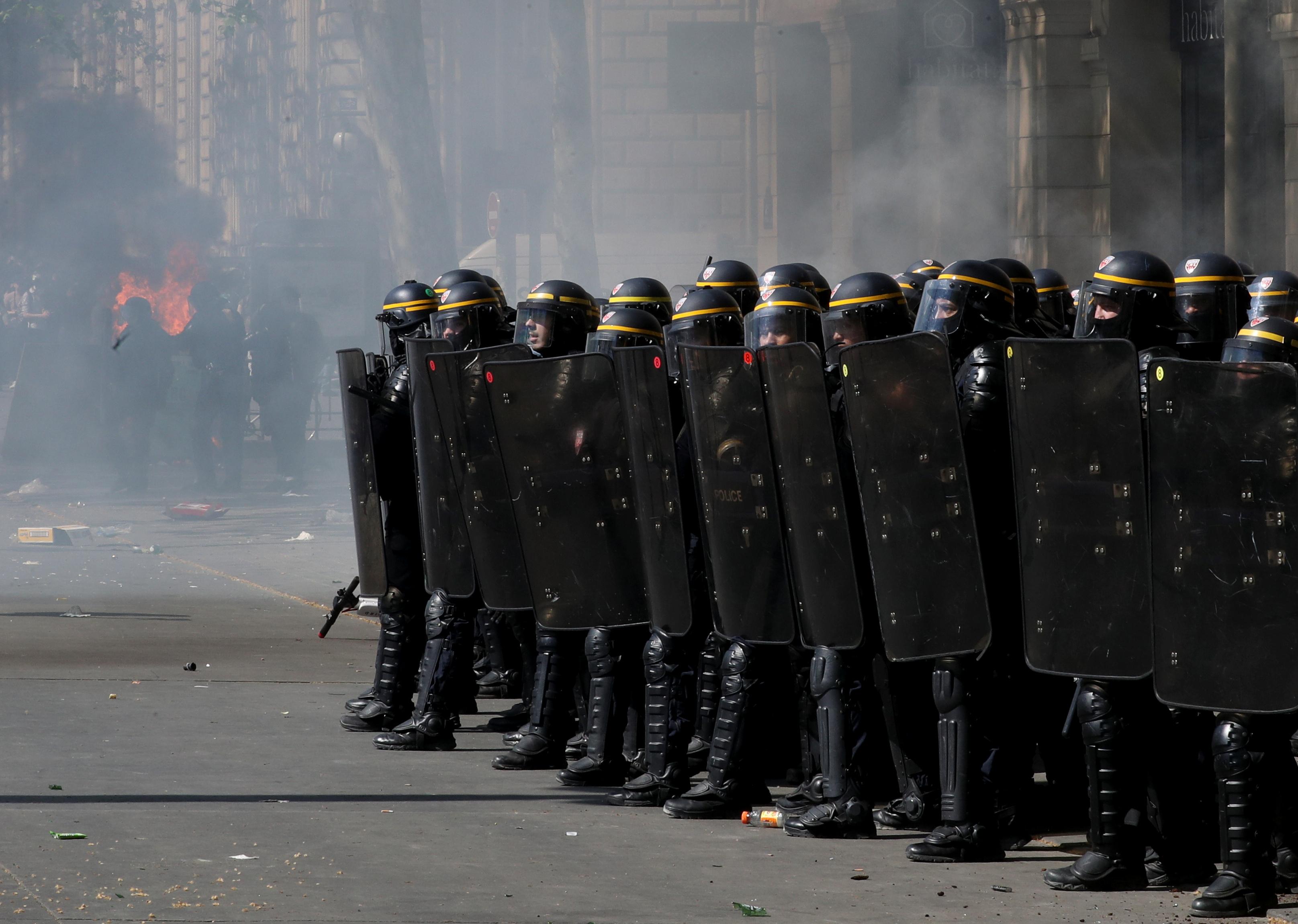اشتباكات بين متظاهرى السترات الصفراء والشرطة الفرنسية (11)