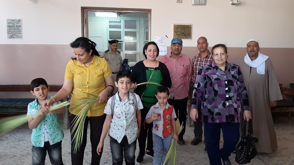 الأقباط يشاركون فى الاستفتاء ويزينون لجان التصويت بالسعف (3)
