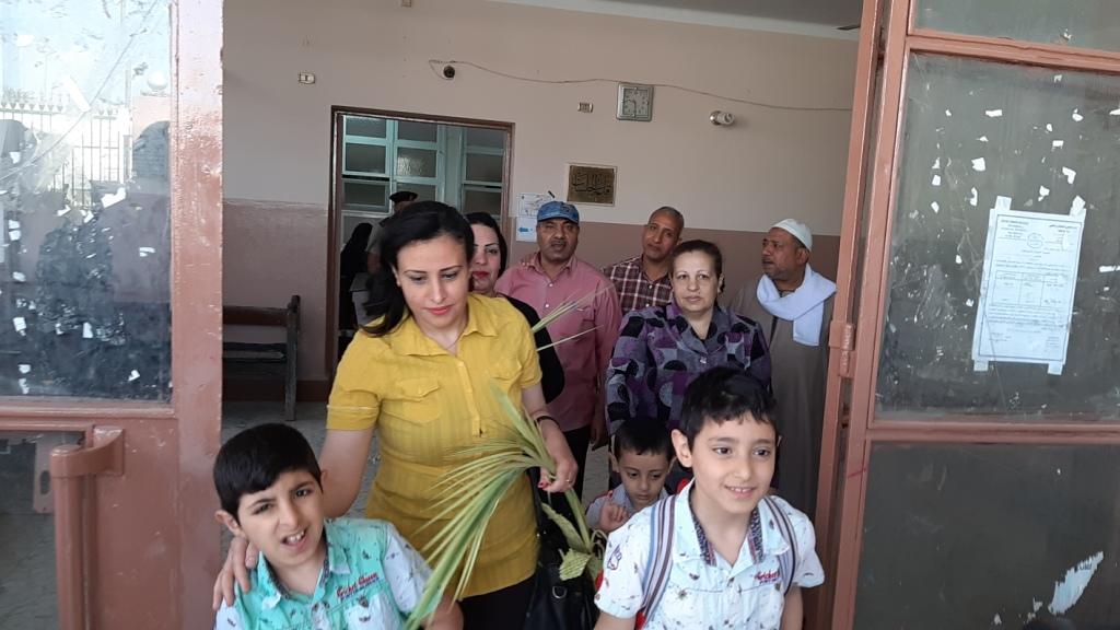 الأقباط يشاركون فى الاستفتاء ويزينون لجان التصويت بالسعف (4)