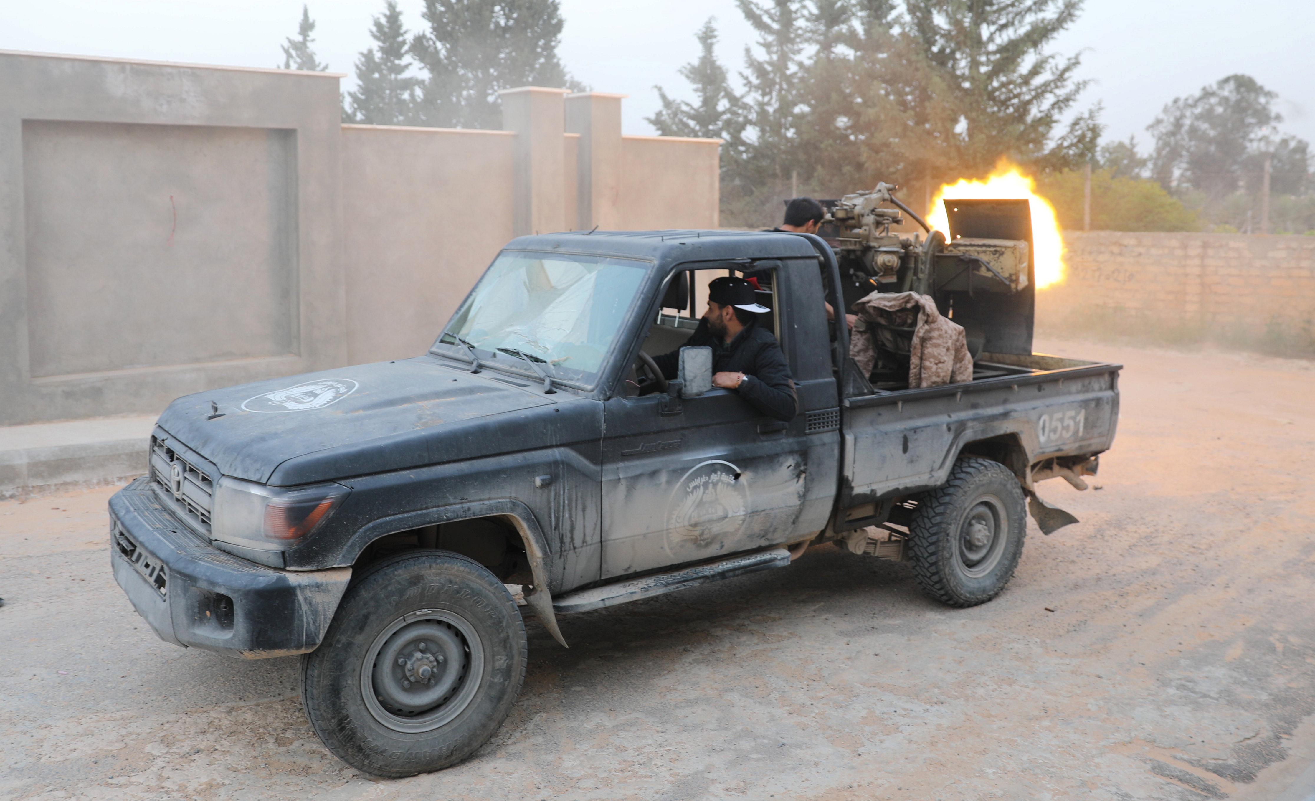 تجدد الاشتباكات بمحيط طرابلس (1)