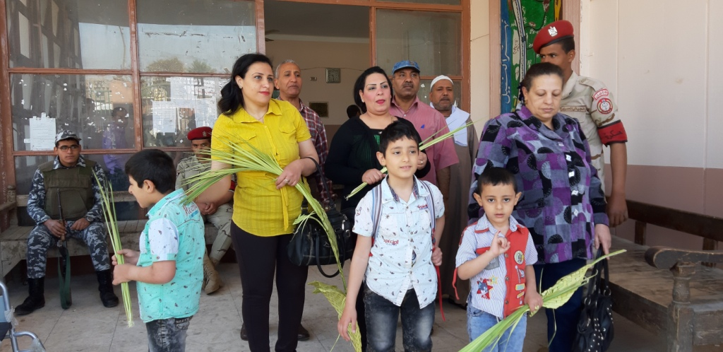 الأقباط يشاركون فى الاستفتاء ويزينون لجان التصويت بالسعف (5)