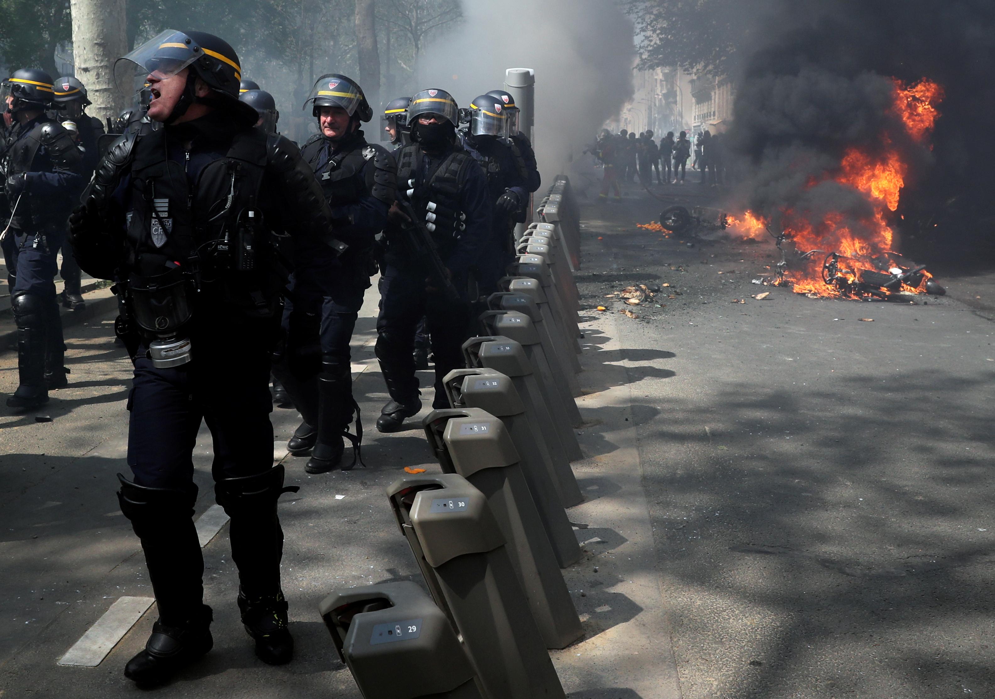 اشتباكات بين متظاهرى السترات الصفراء والشرطة الفرنسية (15)