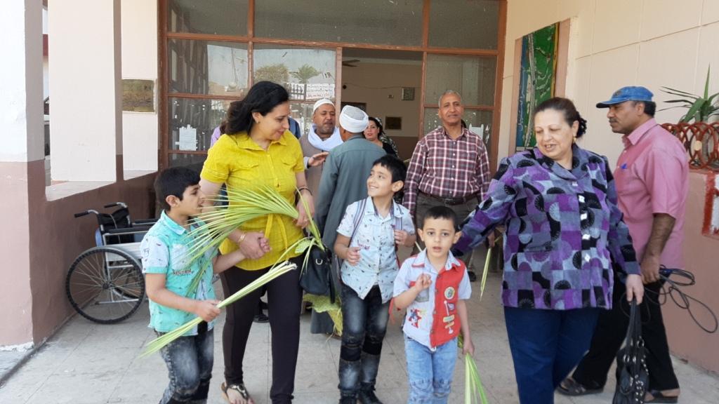 الأقباط يشاركون فى الاستفتاء ويزينون لجان التصويت بالسعف (7)