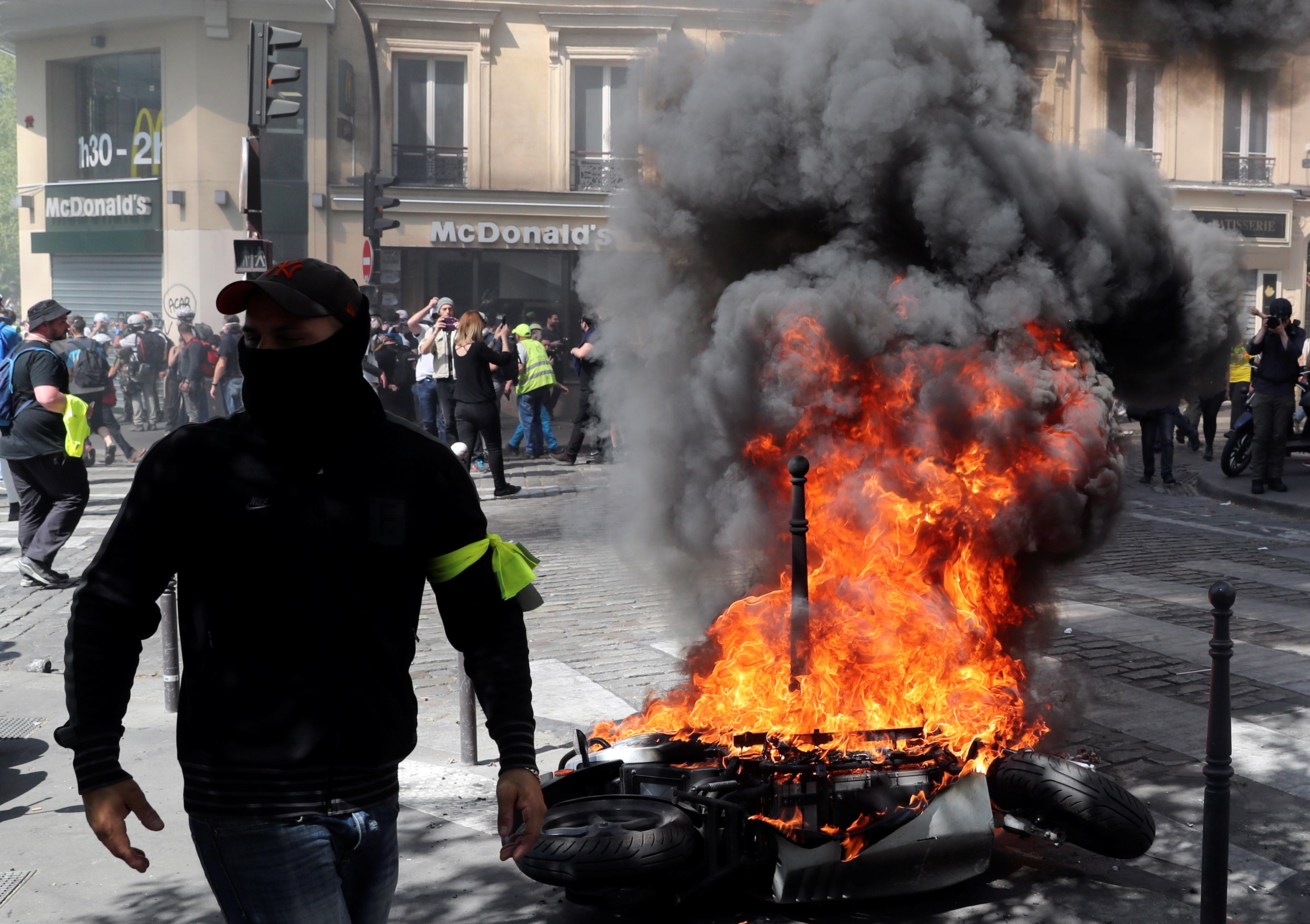 اشتباكات بين متظاهرى السترات الصفراء والشرطة الفرنسية (16)