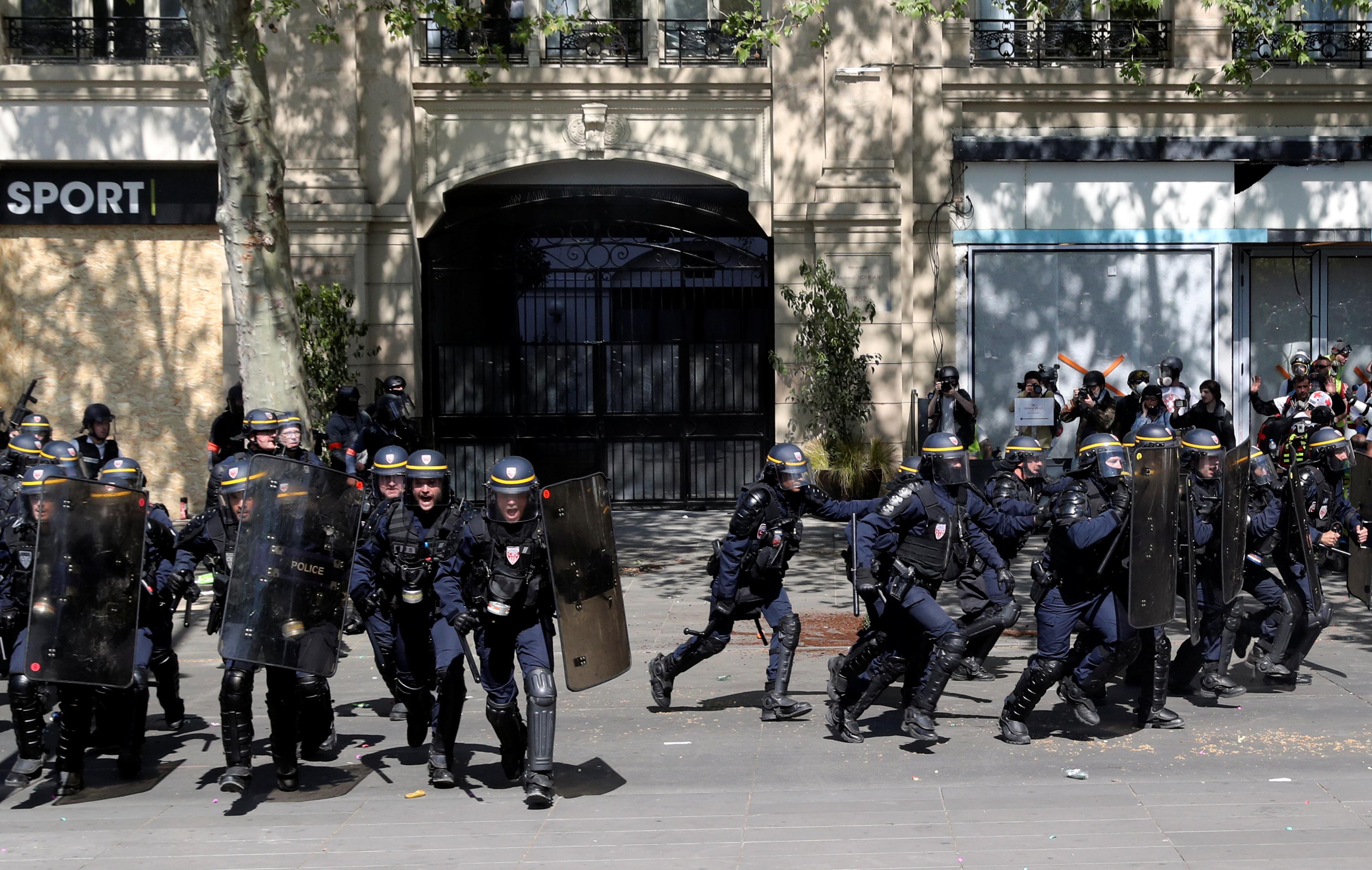 اشتباكات بين متظاهرى السترات الصفراء والشرطة الفرنسية (13)