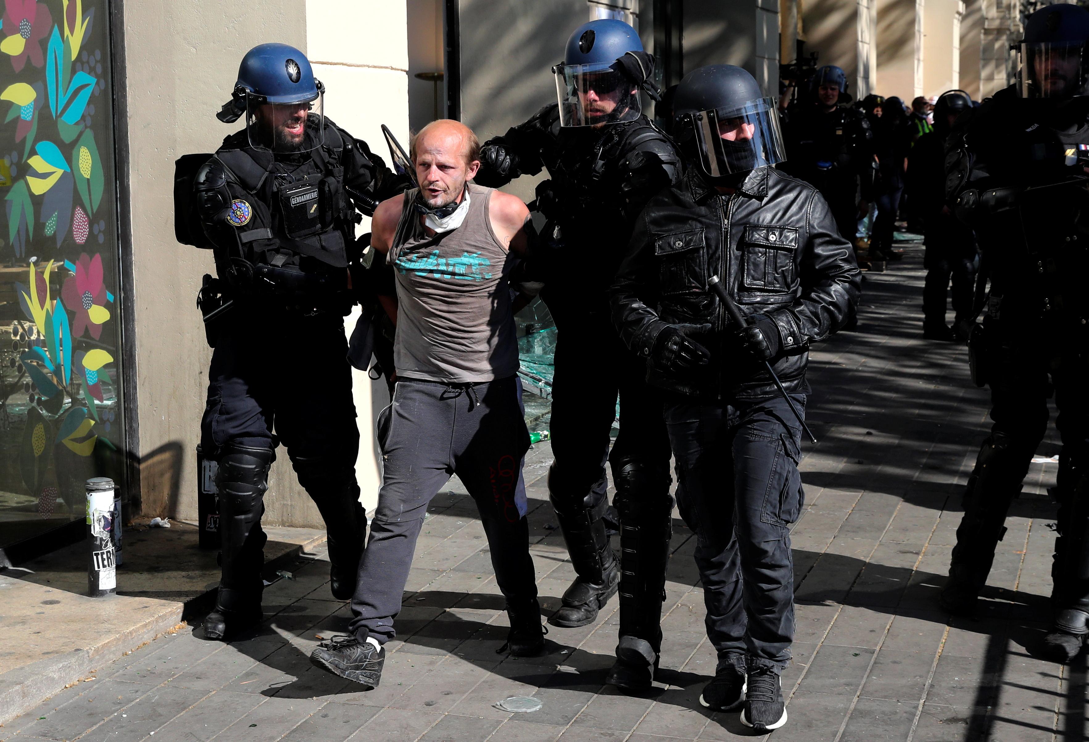 اشتباكات بين متظاهرى السترات الصفراء والشرطة الفرنسية (7)