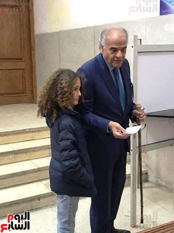 ممدوح-عباس-يدلى-بصوته-فى-الاستفتاء-بالدقى-مصطحبا-حفيدته-(1)
