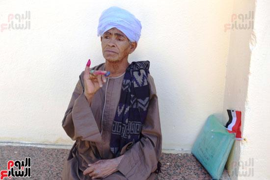 الحاجة-صيصة-سيدة-الرئيس-تصوت-علي-التعديلات-الدستورية-(6)