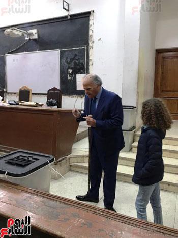 ممدوح-عباس-يدلى-بصوته-فى-الاستفتاء-بالدقى-مصطحبا-حفيدته-(4)