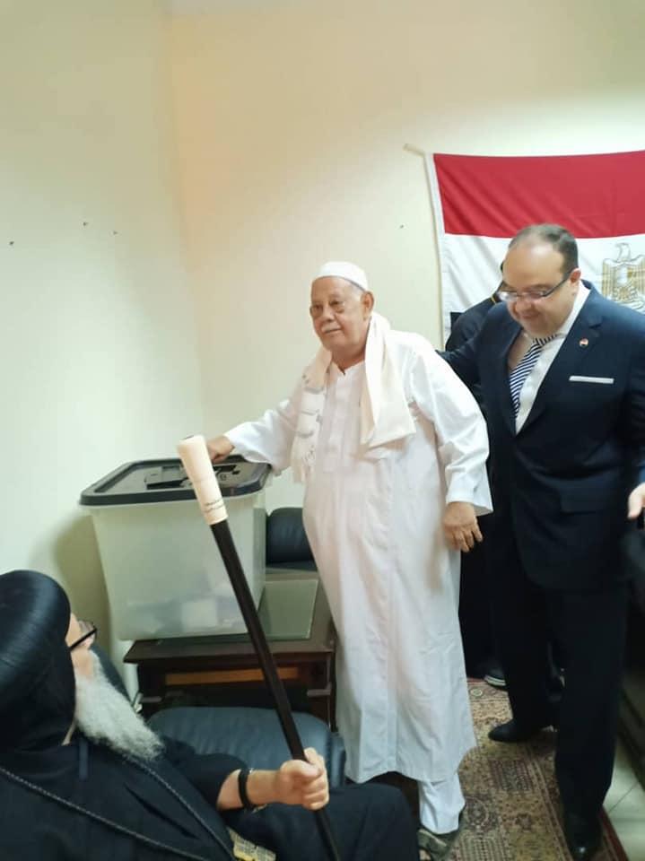 مواطن مصرى فى السودان يشارك فى استفتاء التعديلات الدستورية