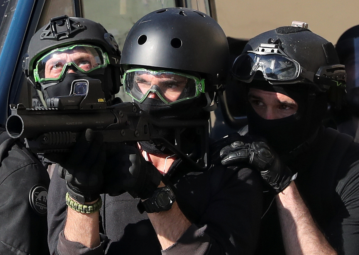 اشتباكات بين متظاهرى السترات الصفراء والشرطة الفرنسية (8)