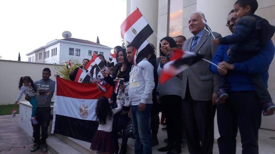 الأعلام المصرية ترتفع مع المشاركة فى استفتاء تعديل الدستور