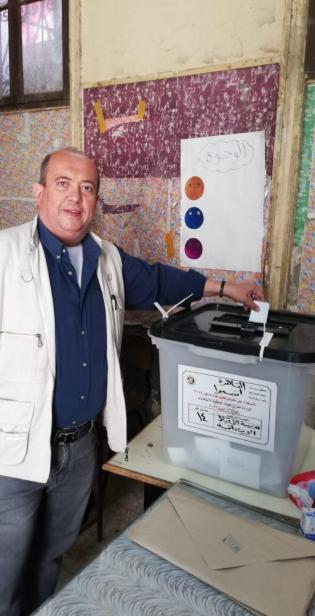 مواطن من الارمن يشارك فى استفتاء التعديلات الدستورية