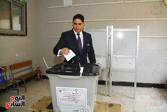 أحمد أبو هشيمة يدلى بصوته بالاستفتاء (1)