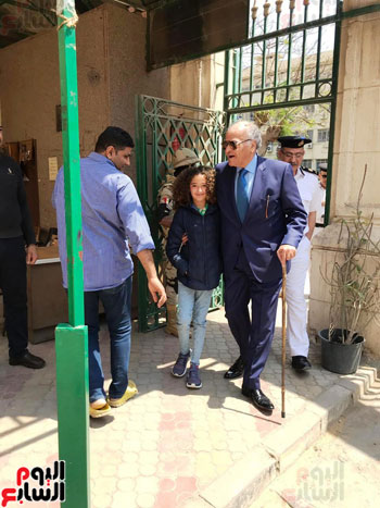 ممدوح-عباس-يدلى-بصوته-فى-الاستفتاء-بالدقى-مصطحبا-حفيدته-(3)