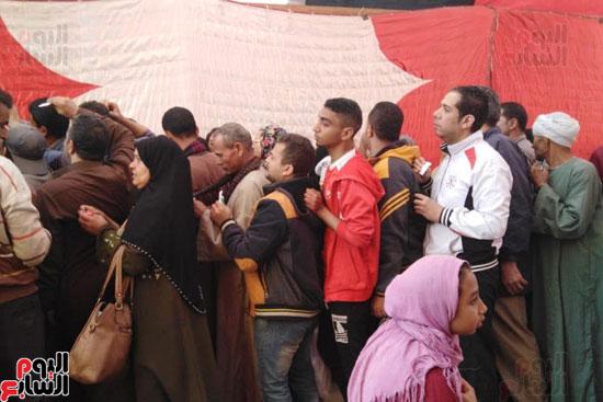 زحام وطوابير أمام لجان المرج للاستفتاء (2)