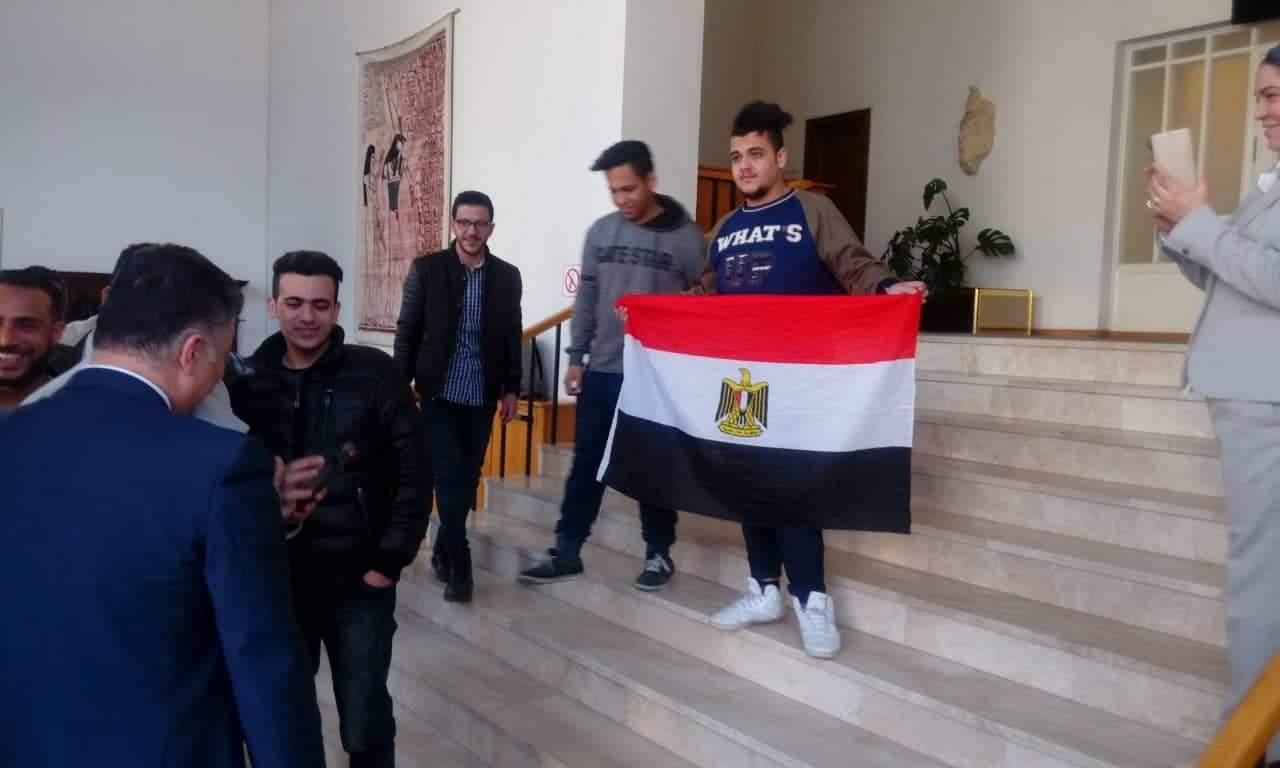 الأعلام المصرية تظهر مع الشباب خلال المشاركة فى الاستفتاء